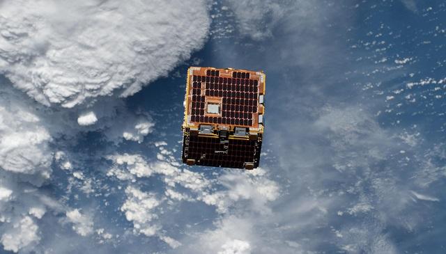 Le sattellite RemoveDebris au-dessus de la Terre vu depuis l'ISS