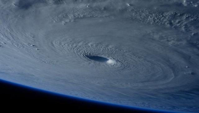 Vue de l'oeil d'un cyclone depuis la station spatiale internationale